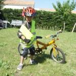 Et puis cette année, on a fait des kilomètres de vélo pour réussir à ôter les roulettes du vélo de ROMAIN, ça n'a pas été évident, on est beaucoup tombé, mais en bout de ligne ça a payé... ROMAIN FAIT DU VELO SANS ROULETTES MAINTENANT !!!!