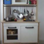 le meuble de la cuisine, bon là il est rangé, c'est moins parlant !