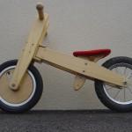 la draisienne, j'adore ce matériel, on met l'enfant à 24 mois dessus, 6 mois aprés il maitrise l'équilibre, y a plus qu'à passer au vrai vélo et on a économisé les roulettes !  bon mais pour les irréductibles, j'ai quand meme le vélo à roulette