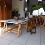 cette table est un élément primordial, exactement adaptée à la taile des enfants, au meme titre que les minis chaises, outre le fait d'y prendre les repas, c'est une table à dessin, de jeux et plein d'autre choses...