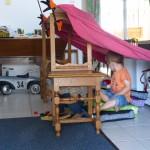 2 chaises , un bout de tissus, et vous obtenez la plus belle des cabanes ...